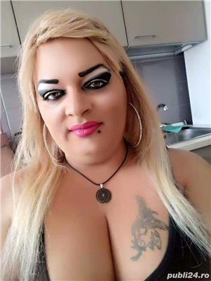Transexuala blonda feminina